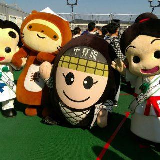 信楽町観光協会マスコットキャラクター「ぽんぽこちゃん」と甲賀市観光キャラクター「にんじゃえもん」とも一緒に写真を撮ったよ☆