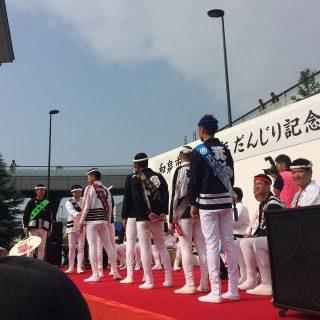 和泉市長から青年団長に「記念うちわ」が贈呈されたんだ!