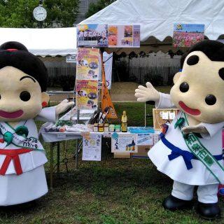 和泉中央公園では、同日にきらめきマルシェが開催され、和泉市のPRブースではボクたちもお手伝いをしたよ!