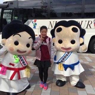お友達とハイ・ポーズ☆ 後ろの大きなバスは観光ツアーのお客さんのバスだよ! 野菜直売イベントにもお立ち寄りいただいたよ☆