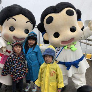 当日はあいにくの雨だったんだけど、かっぱを着たお友達と、ハイ☆ポーズ!!