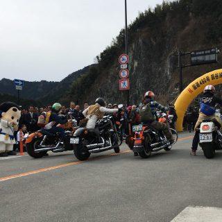 いずみの国和泉市観光大使「トモチン」さんとレディースバイカーさん達のプレ走行も行われたんだ!とってもかっこよかったね☆