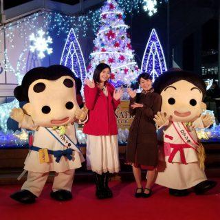 司会の小出さんと廉林さんとライトアップされたクリスマスツリーの前でハイ☆ポーズ♪